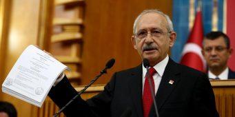 Кылычдароглу предъявил доказательства наличия у Эрдогана счетов в зарубежных банках. В зале послышались громкие крики: «Тайип, в отставку!»