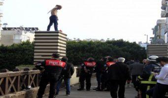 В Анталии мужчина грозился сжечь себя из-за безработицы