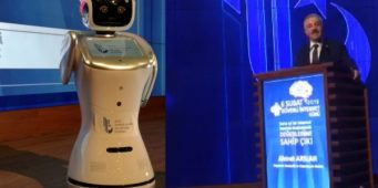 Робот, знай свое место! Что стало с роботом, перебившим выступление министра?    Робот, перебивший речь министра, извинился.
