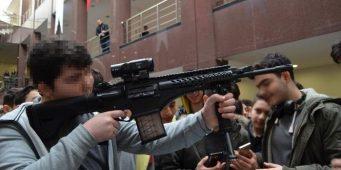 Скандал на выставке вооружения: Школьникам показали, как применять оружие