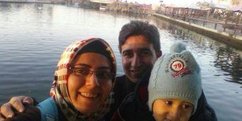Ребенок остался один после того, как турецкая полиция задержала родителей