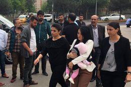 Учительница, которая говорила «дети не должны погибать», помещена в тюрьму вместе с ребенком