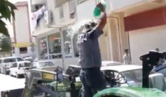 Мужчина протестовал у отделения государственного банка, угрожая сжечь себя