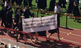 Скандальный плакат студентов об Эрдогане на выпускном: «Коммунисты, которым вы не позволяли учиться, выпустились. Где твой диплом?»