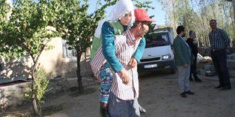 Муж вынужден носить больную жену на спине из-за отсутствия инвалидного кресла