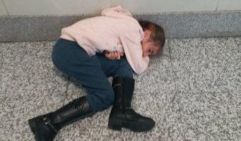 Девочку, которая не видела родителей долгие месяцы, вывели из зала суда из-за плача
