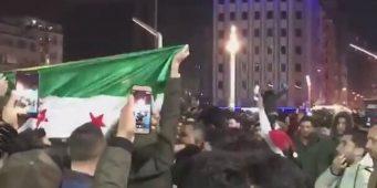 Молодые сирийцы подняли флаги ССА на турецкой площади