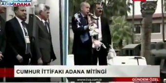 Бесплатный чай привел к драке на митинге Эрдогана
