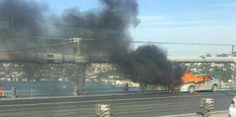 Мужчина сжег машину и спрыгнул с моста
