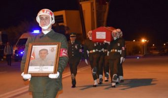 Полицейский, уволенный по чрезвычайному декрету и отсидевший за «предательство» 16 месяцев, объявлен после гибели героем