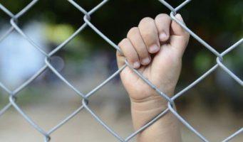 Под предлогом «праздничных дней» ребенку не позволили воссоединиться с матерью