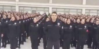 Религиозная присяга молодых полицейских вызвала возмущение пользователей