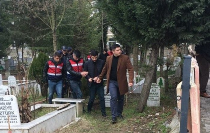 В наручниках посетил могилу отца и родной дом