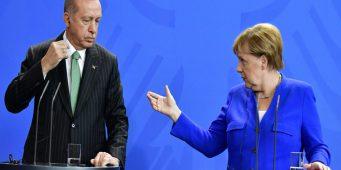 Меркель Эрдогану: Не приемлемо просить поддержки за счет беженцев
