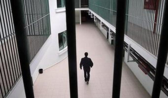 В Турции из-за карантина заключенных переводят на домашний арест. Однако, политзаключенным такое разрешение не выдали