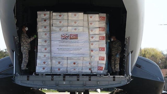 Не соответствуют стандартам безопасности. Великобритания вернет Турции 400 тысяч защитных халатов