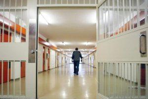 Впавшего в кому заключенного приковали наручниками к больничной койке