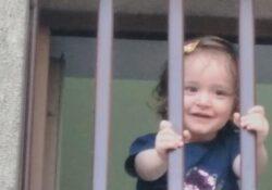 Маленькую девочку и ее мать бросили в тюрьму