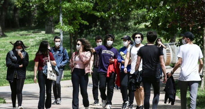 Молодежь Турции несчастлива и хочет жить в другой стране