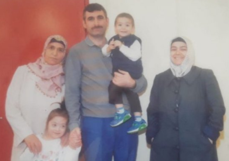 Дети остались без родителей: Элиф с синдромом Дауна, и ее брат плачут и просятся к маме