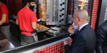 В Турции губернатор закрыл кафе из-за того, что его не узнал официант