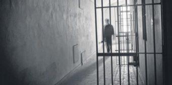 Полицейские и тюремные охранники, подвергавшие «голому досмотру» женщин, избегут наказания