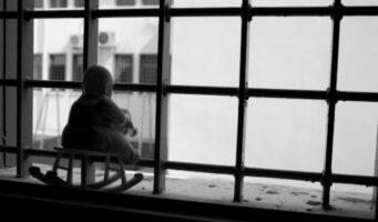 3-месячный ребенок содержится на карантине в тюремной камере