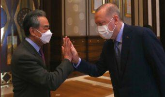 «Дай пять»: Эрдоган по-дружески поприветствовал главу МИД Китая