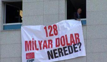 Оппозиционный депутат вывесил плакат «Где 128 млрд долларов?» на здании парламента