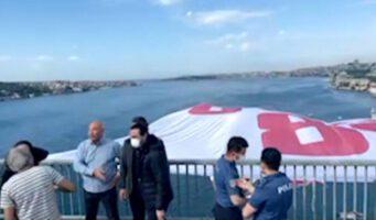 Депутаты оппозиционной партии повесили на Босфорском мосту огромный плакат «Где 128 млрд долларов?»
