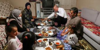 Ифтар-шоу или как Эрдоган в своих постановках использует граждан в качестве декораций