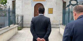 Не уважает святыни: Мэра Стамбула хотят привлечь к ответственности за то, что он держал руки за спиной